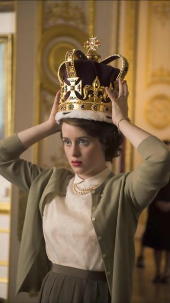 Фото №3 - Похожа или нет? Первое фото новой «Елизаветы» из последних сезонов сериала «Корона»
