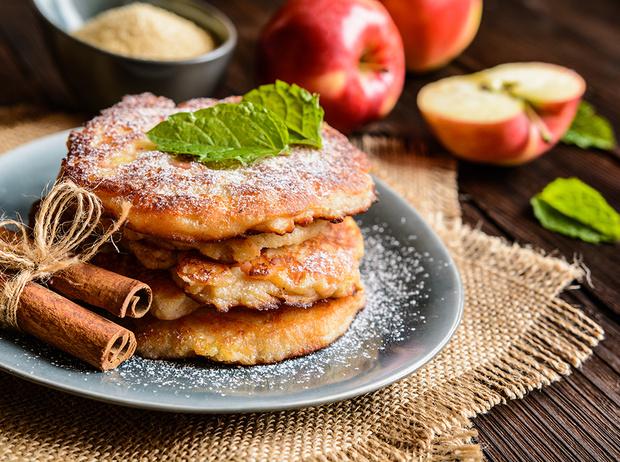 Фото №1 - Рецепты осени: творожные оладьи с яблоками