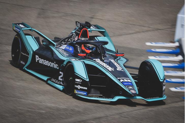 Фото №2 - Автогонки будущего: в гостях у Jaguar Racing на «Формуле E»