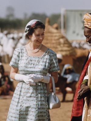 Фото №3 - Модный протокол: почему королевские особы носят сумки только в руках