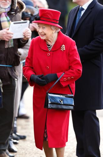 Фото №8 - Зачем Елизавете II столько одинаковых сумок Launer?