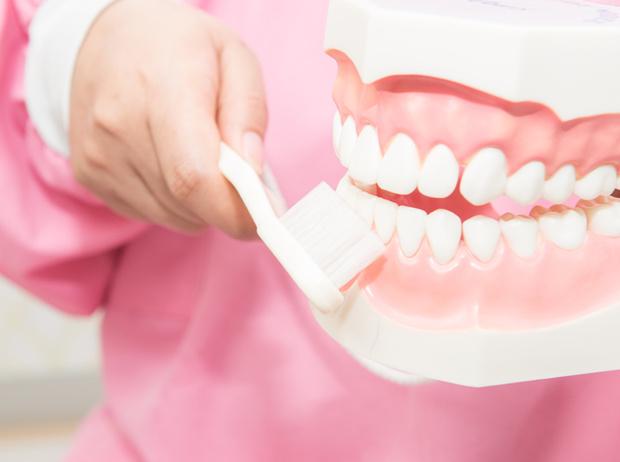 Фото №3 - Дентикюр, LED-подсветка зубов и еще 8 стомалогоческих процедур, о которых не знали наши мамы