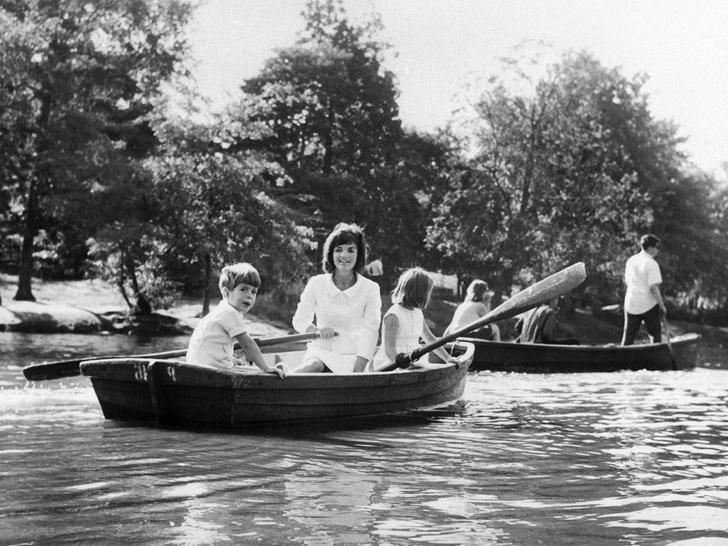 Фото №16 - Счастье на четверых: самые трогательные фото четы Кеннеди с детьми