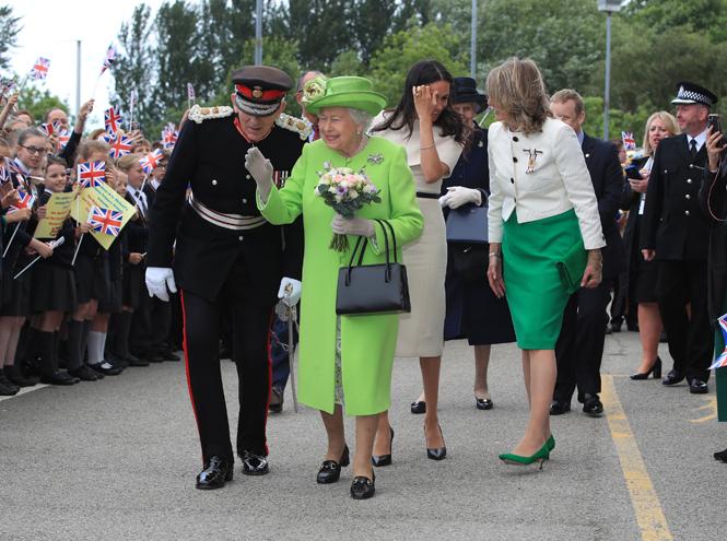Фото №4 - Меган Маркл и Елизавета II прибыли в Чешир на первое в жизни совместное мероприятие
