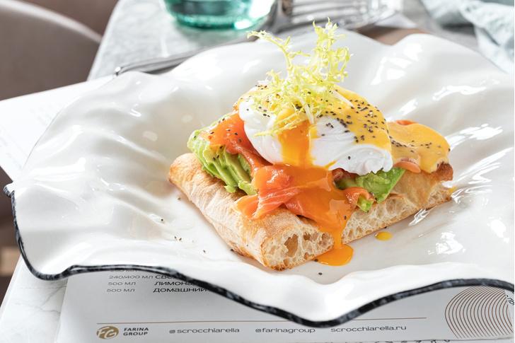 Фото №1 - Завтрак чемпиона: брускетта с лососем, авокадо и яйцом-пашот
