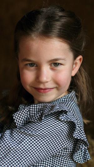 Фото №2 - «Взрослая» прическа и стильное платье: в сети обсуждают новое фото принцессы Шарлотты