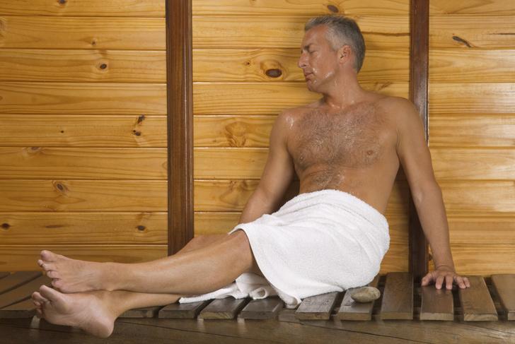 shutterstockВ сауне температура воздуха достигает 130 градусов. Человек там не варится, поскольку обильно потеет. Испаряясь в сухой атмосфере сауны, пот охлаждает тело, позволяя ему сохранять нормальную температуру. Однако возможности такого механизма ограниченны, поэтому человек способен находиться в парилке сауны лишь непродолжительное время.