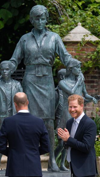 Фото №3 - Фальшивый принц: чем Гарри разозлил британцев во время выхода с Уильямом