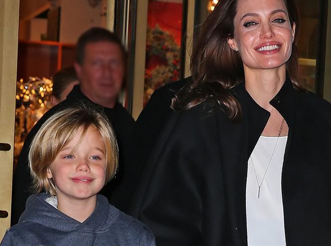 Фото №1 - Анджелина Джоли устроила шоппинг с Шайло в день рождения Брэда Питта