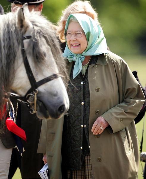 Фото №1 - Елизавета II рассказала, что делает с многочисленными письмами от поклонников