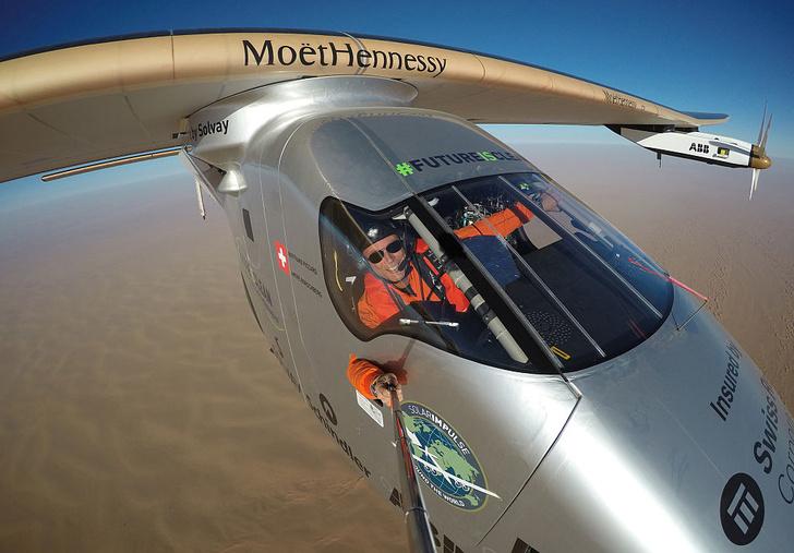 Фото №1 - Самолет без капли топлива обогнул земной шар