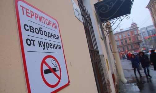 Фото №1 - Петербурженка не может защитить болеющих детей от табачного дыма соседей