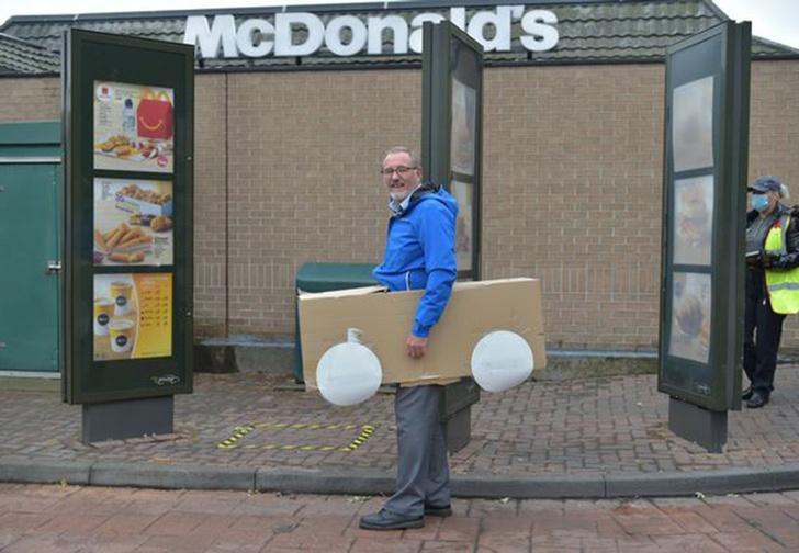 Фото №1 - В Великобритании клиент «Макдоналдса» притворился машиной, чтобы избежать очереди (видео)