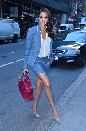 Фото №11 - Почему Кейт носит старые наряды, а Меган покупает новые