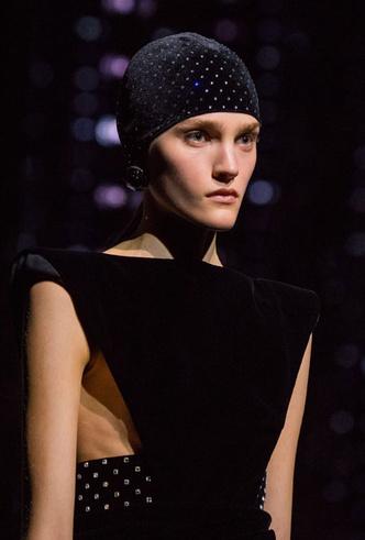 Фото №15 - Пушистые шляпы, ушанки и бейсболки без козырька: самые модные головные уборы сезона