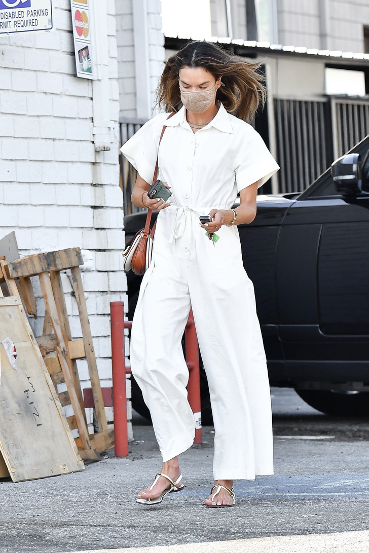 Фото №2 - Комбинезон с очень широкими брюками— наряд, который вы полюбите всем сердцем. Вдохновляющий модный пример Алессандры Амбросио