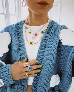 Фото №11 - Самый летний тренд: как носить пластиковые кольца, как у Беллы Хадид и Дуа Липы
