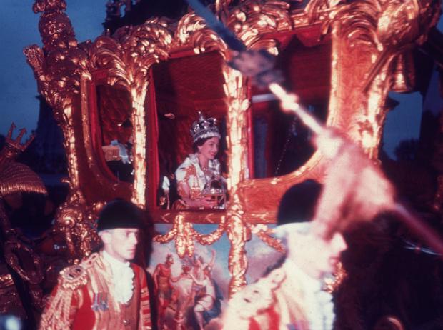 Фото №2 - Рискованный выбор: секрет коронационных туфель Елизаветы II