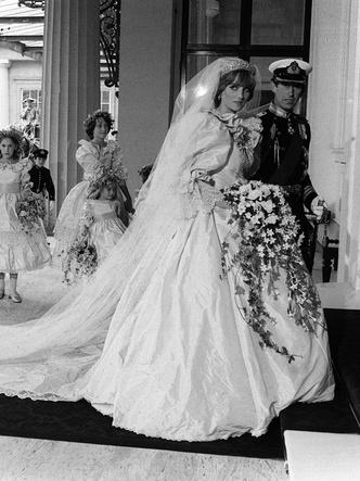 Фото №2 - Зачем Диана заказала сразу два букета невесты к свадьбе с Чарльзом