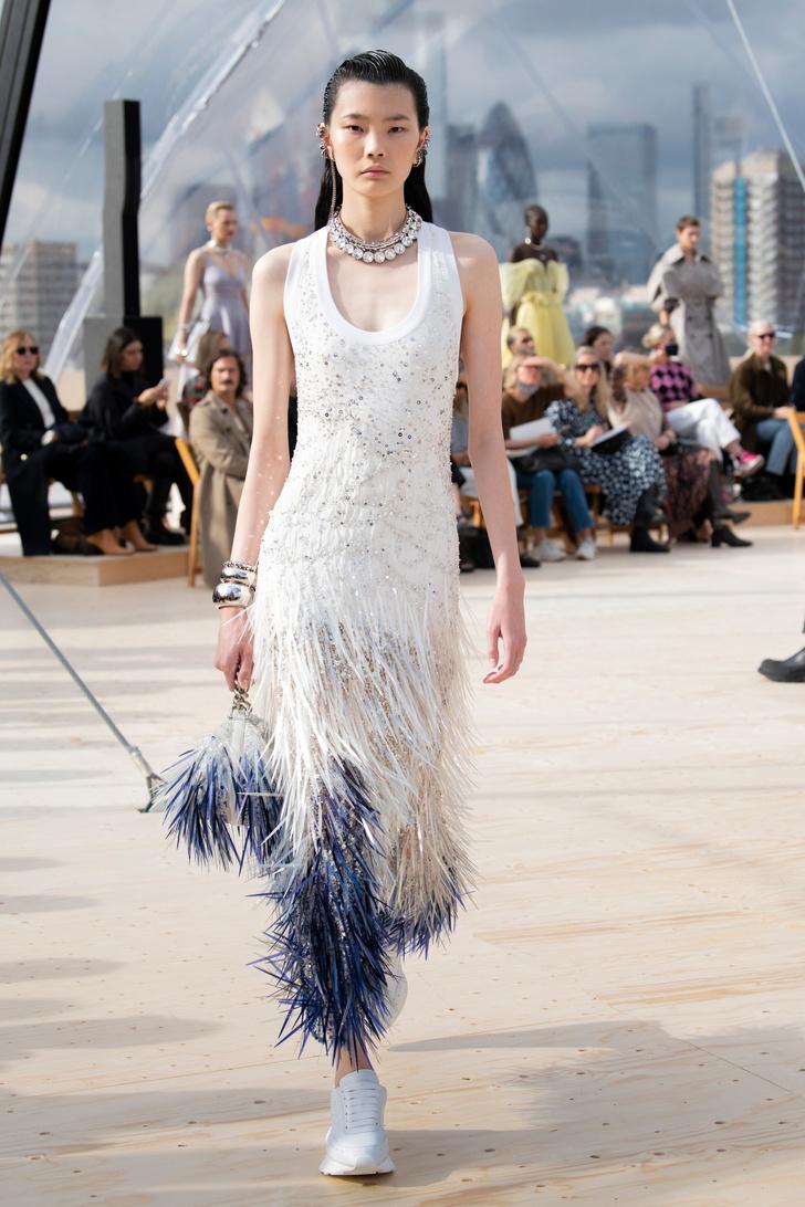 Фото №5 - Платья с облаками, перьями и корсетами: долгожданный показ Alexander McQueen SS22 в Лондоне