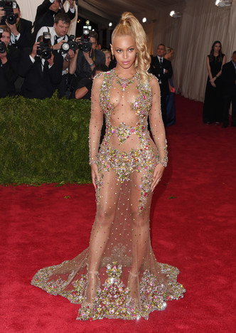 Фото №7 - Не рискнете повторить: самые скандальные образы Бейонсе— от «голых» платьев до нимба