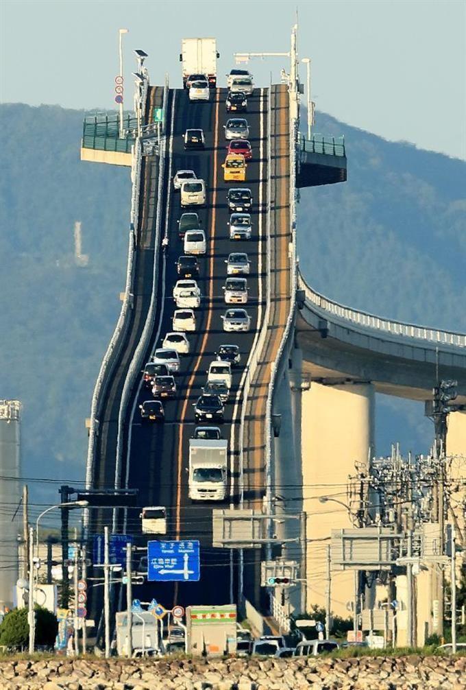 Фото №2 - Оптическая иллюзия: автомобильный мост, который кажется вертикальным (фото и видео)
