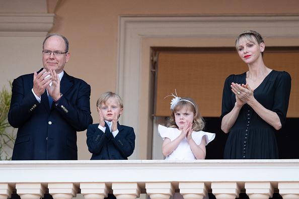 Фото №1 - Редкая челка и ярко-красная помада: новый образ принцессы Монако Шарлен