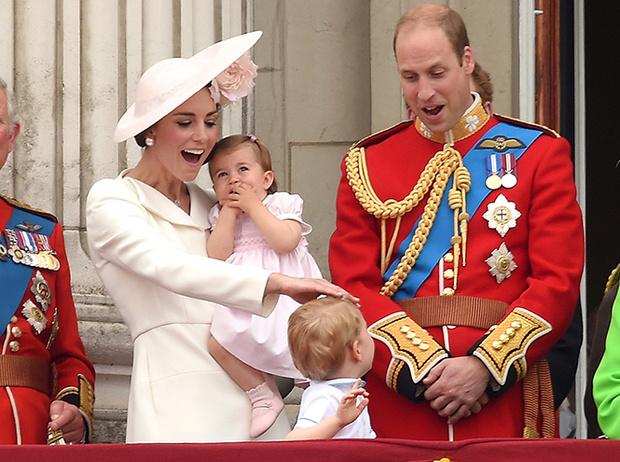 Фото №1 - Принцесса Шарлотта и принц Джордж стали главными героями «балконного шоу»