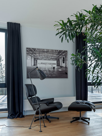 Кресло с оттоманкой Lounge Chair, дизайн Чарльза и Рэй Имз, Vitra. Торшер, Gubi.