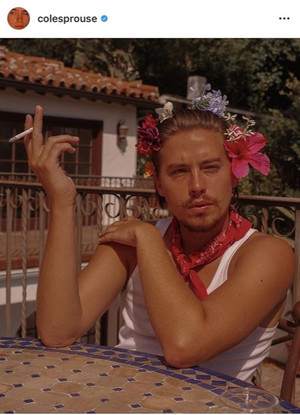 Фото №2 - Фрида Кало или пират: фанаты не узнали Коула Спроуса на новых фотографиях