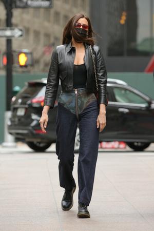 Фото №1 - Самые необычные джинсы этой весны— у Ирины Шейк