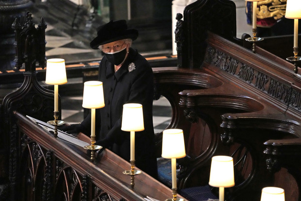 Фото №1 - Любовь в деталях: Елизавета на похоронах держала при себе две личные вещи Филиппа