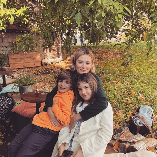 Фото №1 - Отмечающая 34-летие Надя Михалкова показала красивое фото с детьми