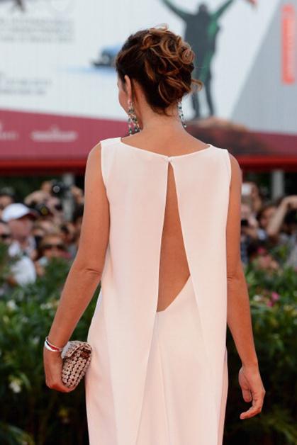 Элегантное белое платье Вирджини Ледуейн с открытой спиной