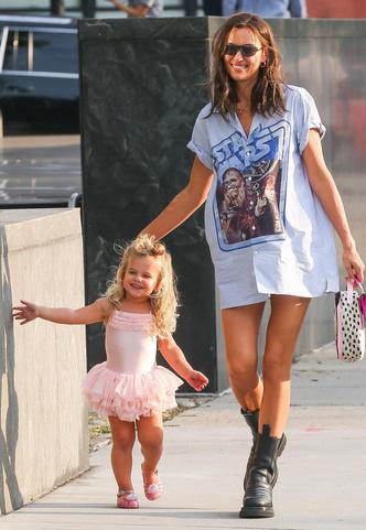 Фото №14 - Самый модный ребенок Нью-Йорка: как одевается дочь Ирины Шейк и Брэдли Купера