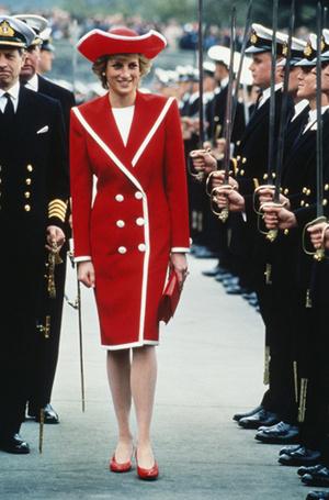 Фото №91 - 70 красных нарядов: как принцесса Диана носила любимый цвет