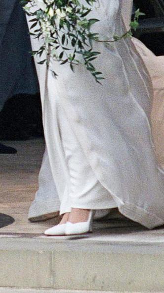 Фото №19 - От Елизаветы II до принцессы Беатрис: в каких туфлях выходили замуж принцессы