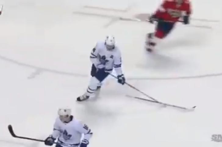 Фото №1 - Игрок НХЛ на ходу подцепил клюшку одноклубника своей клюшкой и, не глядя, забросил ему точно в руки (видео)