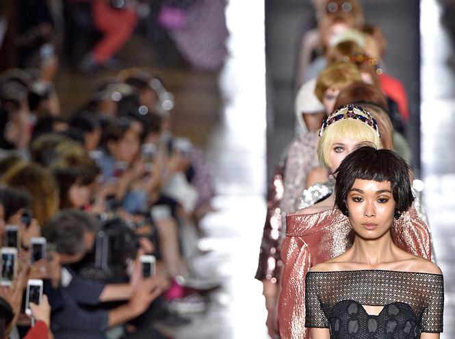 Фото №16 - Ретро-шик: коллекция Ulyana Sergeenko на парижской Неделе высокой моды