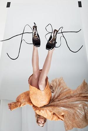 Фото №4 - Как носить обувь из коллекции Pazolini x Rogov: от ярких босоножек до атласных сапог