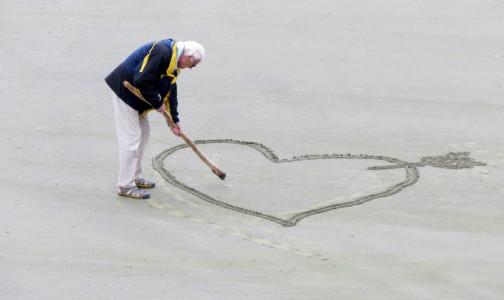 Фото №1 - В Петербурге долгожителей будут поздравлять с юбилеем «конвертиком». В Смольном назвали возраст самого пожилого петербуржца