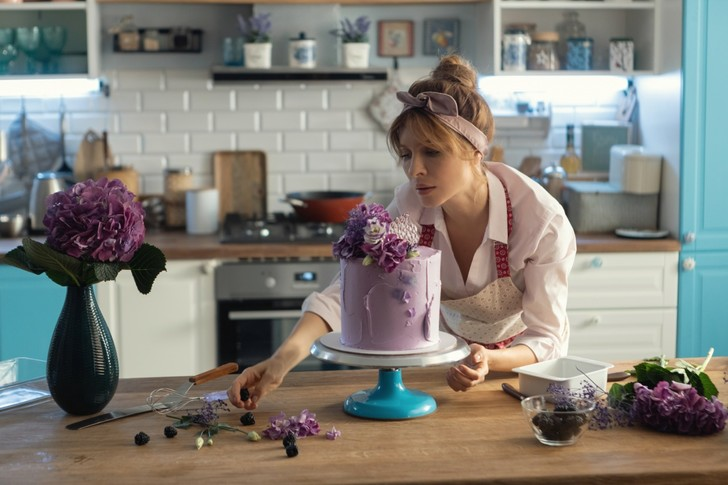Фото №1 - Соленая карамель, брауни или «Павлова»: простые рецепты и секреты приготовления десертов из сериала «ИП Пирогова»