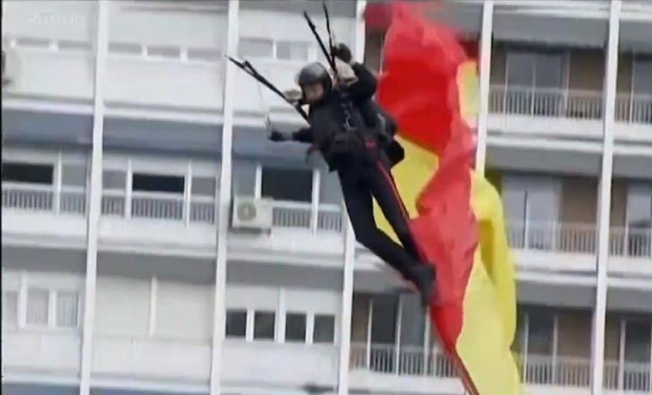 Фото №1 - Конфуз с парашютистом и фонарным столбом на параде по случаю Дня Испании (видео)