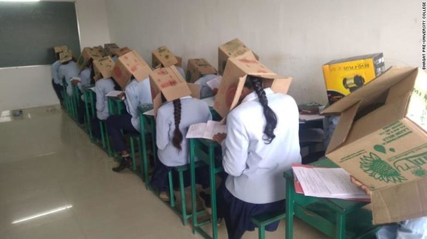 Фото №3 - Индийских школьников заставили надеть на головы картонные коробки, чтобы не списывали на экзамене