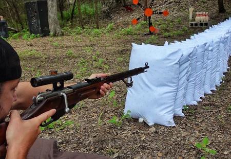 Эксперимент: сколько подушек прострелит винтовка Мосина? (видео)