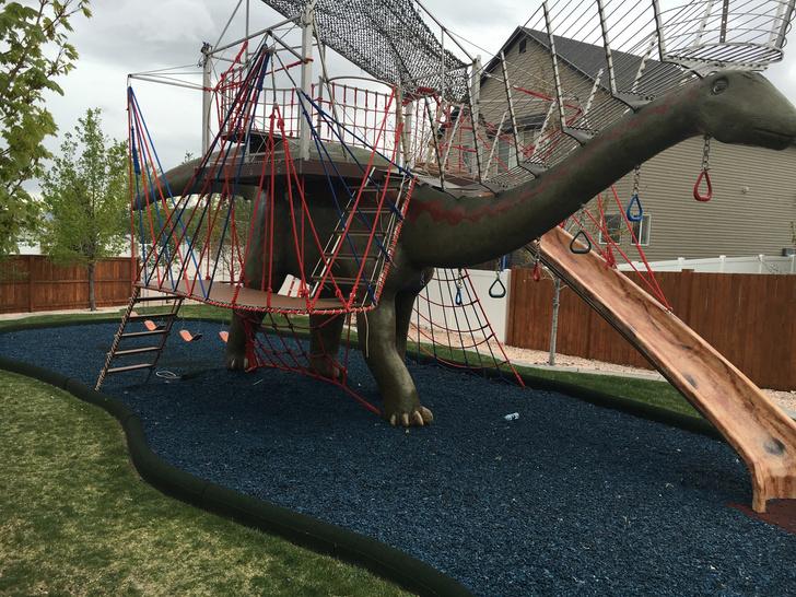 Фото №1 - Отец своими руками построил детям 14-метрового динозавра— детскую площадку (фото и видео)