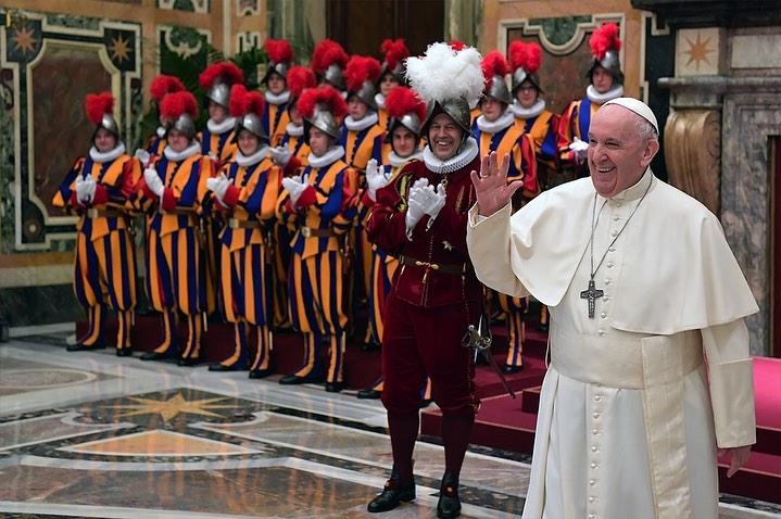 Фото №1 - Лучшие шутки папы римского Франциска