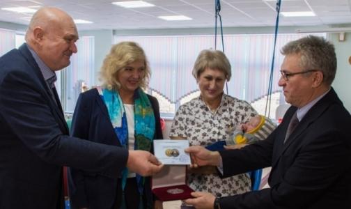 Фото №1 - Первому рожденному в метро Петербурга малышу вручили медаль
