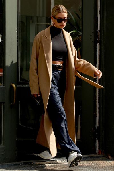 Фото №4 - Долой юбки: 6 стильных образов Хейли Бибер