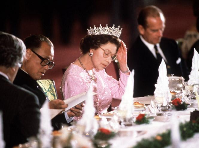 Фото №2 - Как именно ест бананы Елизавета II